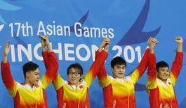 Equipe chinesa comemora medalha de ouro no revazamento 4x100m livre nos Jogos Asáticos, em Incheon. 24/09/2014 REUTERS/Kim Kyung-hoon