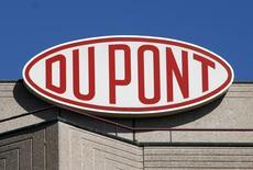 Логотип DuPont на офисе компании под Женевой. 4 августа 2009 года. Американская химическая компания DuPont сообщила, что планирует выкупить собственные акции на сумму до $4 миллиардов, используя ожидаемые дивиденды от выделения в отдельную компанию бизнеса по выпуску химических продуктов тонкого органического синтеза. REUTERS/Denis Balibouse