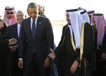 Presidente dos EUA, Barack Obama, ao lado do rei saudita, Salman, após desembarcar em Riad. 27/01/2015 REUTERS/Jim Bourg
