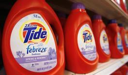 Procter & Gamble, le numéro un mondial des produits d'entretien, a vu son bénéfice trimestriel reculer de 31% du fait de la hausse du dollar. /Photo d'archives/REUTERS/Molly Riley