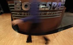 Una mujer pasa frente el logo de Bovespa en la bolsa de Sao Paulo . Imagen de archivo, 4 agosto, 2011. La Bolsa de Brasil anotaba el martes su mayor caída en más de una semana, tras la publicación de datos de la economía de China, el principal socio comercial del país, que decepcionaron a los mercados. REUTERS/Nacho Doce