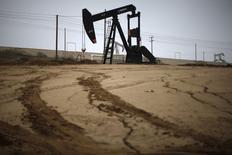 Un extractor de petróleo visto en un campo de crudo cerca de Bakersfield, California. Imagen de archivo, 17 enero, 2015.  Los precios del petróleo se mantendrán a la baja por más tiempo, luego de caer más de un 50 por ciento desde junio, dijo un analista de materias primas de Goldman Sachs, al argumentar en una nota de investigación que el crecimiento de la demanda en China y otras economías emergentes se desaceleraría.   REUTERS/Lucy Nicholson