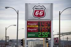 Una gasolinera de Phillips 66 en St. Louis, EEUU, ene 14 2015. El petróleo subía el martes gracias a que un dólar más débil favorecía los precios de las materias primas que se transan en esa moneda, pero el avance era limitado por temores a otro fuerte crecimiento de los inventarios de crudo en Estados Unidos y a que la ola de ventas continúe.  REUTERS/Kate Munsch