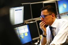 Трейдер на фондовой бирже во Франкфурте-на-Майне. 26 января 2015 года. Европейские фондовые рынки снижаются под давлением греческих акций. REUTERS/Kai Pfaffenbach