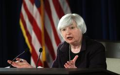 La presidenta de la Fed, Janet Yellen, durante una conferencia de prensa en Washington. Imagen de archivo, 17 diciembre, 2014. La Reserva Federal sugeriría el miércoles que sigue en camino de comenzar a subir las tasas de interés más tarde este año, una señal de que el banco central confía en que la inflación débil y el aumento de los riesgos en el extranjero aún no descarrilan la recuperación económica de Estados Unidos. REUTERS/Kevin Lamarque
