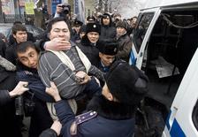 Полиция задерживает участника оппозиционного митинга в Алма-Ате. 30 января 2010 года. Казахстан говорит, что запретил мирные уличные акции из-за страха повторения протестов, посеявших хаос на Украине, говорится в заявлении спецдокладчика ООН, содержащем критику в адрес центральноазиатского государства. REUTERS/Shamil Zhumatov (KAZAKHSTAN - Tags: CIVIL UNREST POLITICS BUSINESS IMAGES OF THE DAY) ) - RTR29MZW