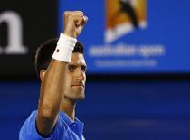 Novak Djokovic, da Sérvia, comemora vitória sobre Milos Raonic, do Canadá, em Melbourne. 28/01/2015 REUTERS/Issei Kato