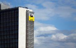 El logo de la firma Eni-Saipem en su edificio corporativo en Roma, feb 8 2013. La petrolera italiana Eni reducirá sus inversiones en entre 10 a 15 por ciento, en línea con la tendencia del sector de petróleo y gas, dijo su presidente ejecutivo, Claudio Descalzi, el miércoles.      REUTERS/Alessandro Bianchi