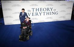 """Ator Eddie Redmayne posa ao lado de Stephen Hawking durante estreia do filme """"A Teoria de Tudo"""" em cinema no centro de Londres. 09/12/2014 REUTERS/Andrew Winning"""