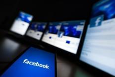 Facebook a vu son chiffre d'affaire croître de 49% sur les trois derniers mois de 2014, une performance meilleure que prévu sur par les analystes de Wall Street, portée par la publicité sur mobiles. /Photo d'archives/REUTERS/Valentin Flauraud