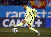 Atacante Neymar, do Barcelona, marca gol contra o Atlético de Madri pela Copa do Rei. 28/01/2015 REUTER/Sergio Perez
