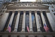 La Bourse de New York a débuté sur une note hésitante jeudi en ouverture après deux séances en forte baisse, au cours d'une séance marquée par une longue série de résultats trimestriels. Dans les premiers échanges, le Dow Jones progresse de 0,38%, le S&P-500 grignote 0,06% tandis que le Nasdaq cède 0,2%. /Photo d'archives/REUTERS/Carlo Allegri