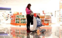 """Lagardère a rejoint la course pour prendre une participation majoritaire dans World Duty Free, spécialiste italien du """"travel retail"""" pour lequel la famille Benetton cherche un partenaire, selon des sources proches du dossier. Le groupe français d'édition et de médias, qui gère des boutiques dans près de 160 aéroports via LS Travel Retail, travaille avec la Société générale sur cette opération, selon deux d'entre elles. /Photo d'archives/REUTERS/Lisi Niesner"""