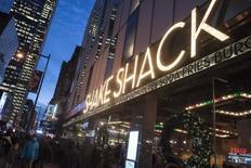 L'offre publique de vente de la chaîne de burgers Shake Shack  a remporté un vif succès à Wall Street et l'entreprise fera ses débuts en Bourse ce vendredi au prix de 21 dollars, bien au-dessus de la fourchette indicative qui pourtant avait été revue à la hausse. /Photo prise le 29 décembre 2014/REUTERS/Keith Bedford
