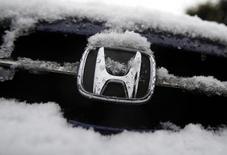 Автомобиль Honda в Токио. 30 января 2015 года. Третий по величине автоконцерн Японии Honda Motor Co сократил квартальную прибыль в последнем квартале 2014 года и понизил прогноз прибыли на текущий финансовый год из-за расходов на отзыв автомобилей для проверки подушек безопасности. REUTERS/Yuya Shino