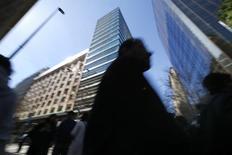 Personas pasan por un área comercial en el centro de Santiago. Imagen de archivo, 25 agosto, 2014. El desempleo en Chile bajó a un 6,0 por ciento en el último trimestre del 2014, apoyado en factores estacionales y en una nueva señal de resiliencia del mercado laboral a la marcada desaceleración de la actividad económica en el país, dijo el viernes el Gobierno. REUTERS/Ivan Alvarado