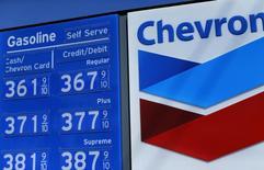 Precios de gasolina vistos en una estación de Chevron en Encinitas, California. Imagen de archivo, 10 octubre, 2014.  Chevron Corp, el segundo mayor productor de petróleo de Estados Unidos, dijo el viernes que sus ganancias trimestrales cayeron un 30 por ciento debido al desplome de los precios de crudo. REUTERS/Mike Blake