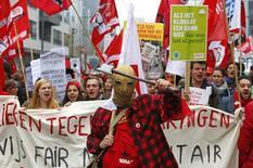 La croissance de la Belgique a été infime (0,1%) au quatrième trimestre de 2014, période marquée par des mouvements sociaux et une grève générale qui ont perturbé les transports et arrêté la production de certaines usines. /Photo prise le 6 novembre 2014/REUTERS/Yves Herman
