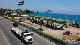 Una gasolinera en Santo Domingo, abr 25 2011. República Dominicana pagó 1.933 millones de dólares que debía a la estatal Petróleos de Venezuela (PDVSA) por una década de envíos de crudo bajo condiciones favorables, en una renegociación que le permitió al Gobierno dominicano obtener un descuento de casi la mitad de las facturas.     REUTERS/Eduardo Munoz