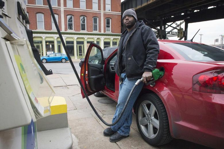 A man gets gasoline at a BP station in St. Louis, Missouri January 14, 2015. REUTERS/Kate Munsch