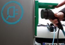 La France devrait conserver en 2015 le premier parc européen de véhicules électriques, devant la Norvège, bien que cette dernière l'ait dépassée l'an dernier par le nombre d'immatriculations de voitures et utilitaires légers neufs.  Les véhicules électriques les plus vendus l'an dernier en Europe ont été la Nissan Leaf puis la Renault Zoé, toutes deux largement en tête. /Photo d'archives/REUTERS/Régis Duvignau
