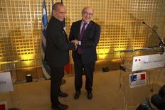 En la imagen, el ministro de Finanzas francés, Michel Sapin (D) y su homólogo griego, Yanis Varoufakis, durante una conferencia de prensa conjunta en París. 1 de febrero, 2015.  Grecia debe poner un punto final a su adicción a endeudarse y el pago de su deuda debe estar en relación a su capacidad de restaurar el crecimiento, dijo el domingo el ministro de Finanzas, Yanis Varoufakis, después de reunirse con su homólogo francés en París. REUTERS/Philippe Wojazer