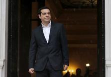 En la foto, el primer misnitrro griego Alexis Tsipras espera al presidente del Parlamento Europeo, Martin Schulz, delante de la oficina del primer ministro en Atenas el 29 de enero de 2015. El nuevo Gobierno de Grecia no tomará ninguna medida que dañe el valor accionarial de los bancos del país y no tiene previsto designar a cargos del partido en puestos claves de gestión, dijo el lunes un portavoz del Gobierno.  REUTERS/Marko Djurica