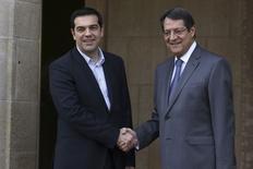 Premiê grego, Alexis Tsipras (esquerda), em encontro com presidente do Chipre, Nicos Anastasiades, em Nicósia. 02/02/2015 REUTERS/Yiannis Kourtoglou