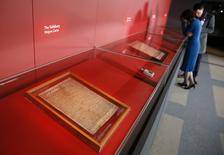 Mulher observa as quatro cópias da Magna Carta, na Biblioteca Britânica, em Londres, na Inglaterra, em fevereiro. 02/02/2015 REUTERS/Stefan Wermuth