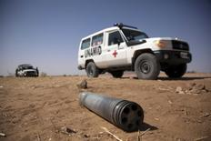 Автомобиль миссии ООН UNAMID у не взорвавшегося снаряда в северном Дарфуре. 27 марта 2011 года. Двое граждан России были взяты в заложники в Дарфуре - регионе на западе Судана, сообщило российское посольство в Хартуме во вторник. REUTERS/Albert Gonzalez Farran/UNAMID/Handout