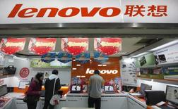 Lenovo, premier constructeur mondial d'ordinateurs individuels, publie des résultats trimestriels supérieurs aux attentes, à la faveur notamment du doublement des ventes de sa division mobile à la suite du rachat de Motorola. /Photo d'archives/REUTERS/Aly Song