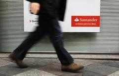 Человек проходит мимо логотипа банка Santander в Мадриде 3 февраля 2015 года. Santander, крупнейший банк еврозоны, во вторник сообщил о почти 70-процентном скачке прибыли в четвертом квартале 2014 года и сообщил, что объемы потребительского кредитования выросли за год. REUTERS/Andrea Comas