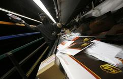 United Parcel Service annonce un bénéfice en légère baisse au quatrième trimestre, après une période des fêtes décevante durant laquelle ses coûts ont dépassé ses prévisions. /Photo prise le 10 décembre 2014/REUTERS/Jim Young