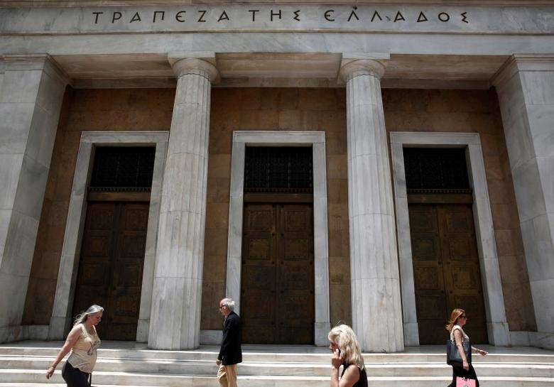 People make their way in front of the Bank of Greece in Athens June 11, 2014. REUTERS/Yorgos Karahalis