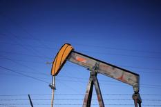 Станок-качалка на нефтяном месторождении под Денвером, Колорадо, 2 февраля 2015 года. Нефтяной индустрии следует быть готовой к тому, что цены на нефть сохранятся на низком уровне как минимум год, а возможно и годы, сказал глава BP Боб Дадли во вторник, когда нефть подорожала на 4 процента вслед за сообщением ВР о снижении капиталовложений в 2015 году. REUTERS/Rick Wilking