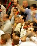 Operadores en la Bolsa de Valores de Sao Paulo, oct 10 2008. El principal índice de acciones de la bolsa brasileña subía el martes por segunda rueda consecutiva, en una sesión de fuerte avance de los títulos de Petrobras tras la noticia sobre cambios en la administración de la petrolera estatal y la nueva alza de los precios del crudo en el exterior. REUTERS/Paulo Whitaker