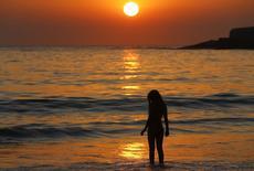 Mulher na praia de Copacabana. 12/01/2015 REUTERS/Ricardo Moraes