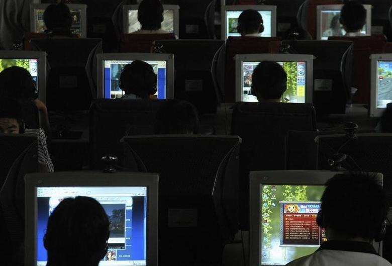 People use computers at an Internet cafe in Changzhi, north China's Shanxi province in this file photo taken on June 20, 2007.  REUTERS/Stringer