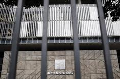 La sede de la petrolera estatal brasileña Petrobras en Río de Janeiro. 14 nov, 2014. La presidenta de la petrolera brasileña Petrobras, Maria das  Graças Foster, y cinco directores de la firma renunciaron a sus cargos y nuevos ejecutivos serán designados el viernes, informó la empresa en un comunicado el miércoles.  REUTERS/Sergio Moraes