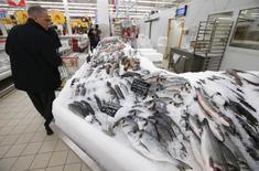 Рыбный отдел гипермаркета Ашан в Москве. 15 января 2015 года. Рост индекса потребительских цен в РФ за период с 27 января по 2 февраля 2015 года составил 0,9 процента по сравнению с 0,6 процента на предыдущей неделе, сообщил Росстат. REUTERS/Maxim Zmeyev