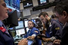 Operadores en la bolsa de Wall Street en Nueva York, feb 3 2015. Las acciones bajaban el miércoles en la apertura de la bolsa de Nueva York luego de dos sesiones de alzas del S&P 500, ante la caída de los precios del petróleo y unos decepcionantes datos del mercado laboral estadounidense. REUTERS/Brendan McDermid