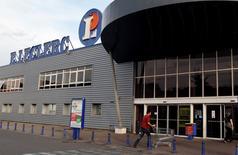Leclerc a fortement ralenti la cadence en 2014, dans un marché de la grande distribution fragilisé par la guerre des prix et une consommation atone. Le groupement de distributeurs indépendants a vu son chiffre d'affaires progresser de 1,4% à 37 milliards d'euros (hors essence) l'an dernier et de 1,8% en France à 34,5 milliards. /Photo d'archives/REUTERS/Régis Duvignau