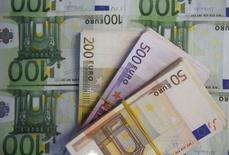 Банкноты евро. Зеница, 26 января 2015 года. Курс евро стабилизировался после падения, вызванного решением Европейского центробанка не принимать греческие облигации в виде залога при операциях с ликвидностью. REUTERS/Dado Ruvic