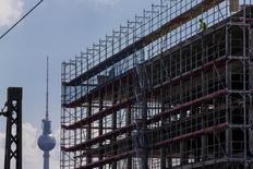 Trabalhador em construção perto da torre de TV Fernsehturm, em Berlim.  07/07/2014 REUTERS/Thomas Peter