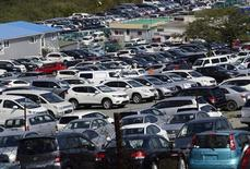 Авторынок во Владивостоке. 15 сентября 2014 года. Россияне сократили затраты на покупку новых легковых автомобилей в долларах в 2014 году на 18,1 процента до $60,85 миллиарда, потратив в рублях почти столько же, сколько и в 2013 году, подсчитали эксперты агентства Автостат. REUTERS/Yuri Maltsev
