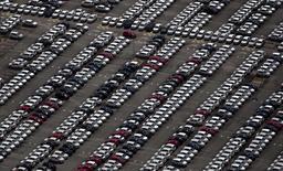 Vista aérea de vehículos nuevos estacionados en la planta de la firma Volkswagen en Sao Jose dos Campos, Brasil, ene 7 2015. La producción de autos en Brasil se expandió levemente en enero  después de que una huelga redujo la fabricación de vehículos en la principal planta de Volkswagen en el país, mientras que las ventas se desplomaron al finalizar las ofertas por las fiestas de fin de año.  REUTERS/Roosevelt Cassio