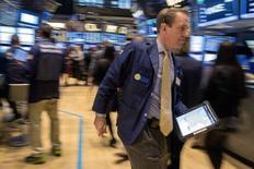 Operadores en la rueda de operaciones de la bolsa de Wall Street en Nueva York, feb 5 2015. Las acciones subían el jueves en la bolsa de Nueva York, recuperándose tras una ola vendedora sobre el cierre de la sesión previa gracias a un alza de los precios del petróleo, un reporte optimista del mercado laboral y noticias sobre la adquisición de Hospira por parte de Pfizer. REUTERS/Brendan McDermid