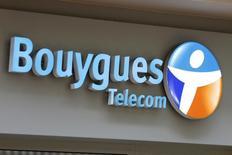 L'opérateur Bouygues Telecom a annoncé qu'il préparait le lancement d'une nouvelle version améliorée de la technologie mobile 4G qui permettra, à compter de la fin 2015, d'accéder à des débits deux fois plus rapides qu'en 4G traditionnelle. /Photo d'archives/REUTERS/Charles Platiau