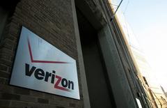 L'américain Verizon Communications va vendre à l'opérateur régional Frontier Communications son réseau fixe dans trois Etats (Californie, Floride et Texas) pour 10,54 milliards de dollars (9,18 milliards d'euros) en numéraire. /Photo d'archives/REUTERS/Eric Thayer