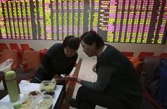 Розничные инвесторы в брокерской конторе в Шэньяне. 5 февраля 2015 года. Азиатские фондовые рынки завершили торги пятницы разнонаправленно накануне отчета о занятости в США и за счет местных новостей. REUTERS/Stringer